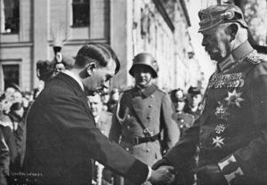Reichspräsident von Hindenburg und Reichskanzler Adolf Hitler am Tage von Potsdam (21. März 1933)